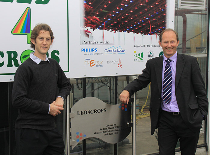Onze partners poseren met de plaquette van 'LED for Crops'