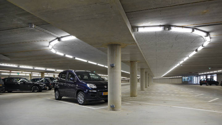 Parkeergarage en informatiebalie, verlicht door Philips Lighting